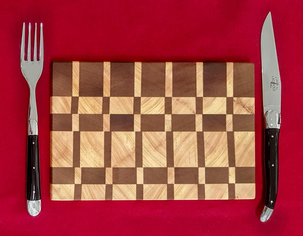 Messer Wien Forge de Laguiole hat ein Steakbesteck für die Gastronomie entwickelt. Die Griffe sind aus schwarzem Acryl, sehen aber wie edle, polierte Hornspitze aus. Das abgebildete Schneidbrett ist federleicht! Probieren Sie es bei uns im Messer-Shop aus. Laguiole Steakbesteck Schneidbrett Gastro Klingen-Boutique Messer Wien Graz