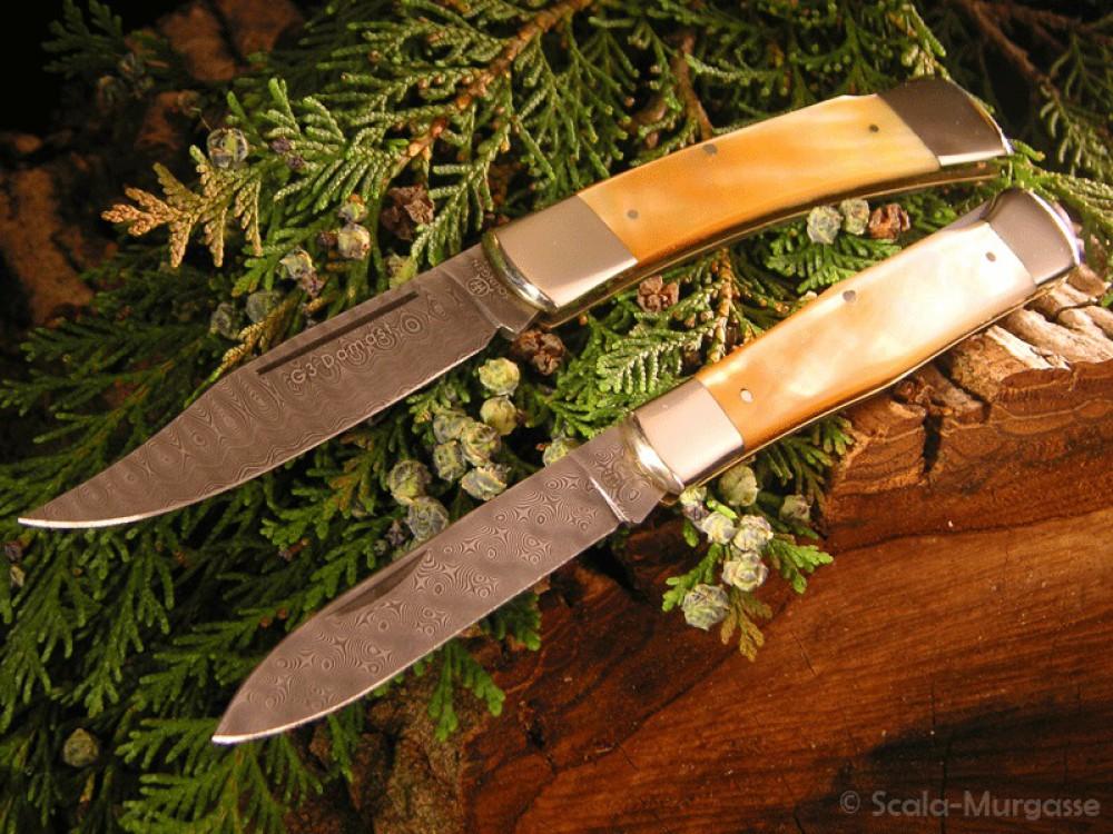 Messer Wien Hartkopf-Taschenmesser aus G3-Damast (oben) 320 Lagen mit goldenem Perlmuttgriff. Balbach Rosendamast Taschenmesser (unten).  hartkopf g3 damast 320 lagen weiss perlmutt balbach rosendamast taschenmesser