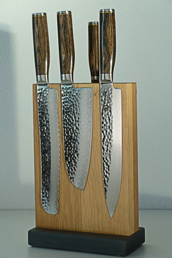 Messer Wien Japanische Kochmesserserie Shun Premier Tim Mälzer von Kai: Auf 61 HRC gehärteter Klingenkern flankiert von je 16 Lagen Damast, um für die notwendige Stabilität zu sorgen. 13 Messerarten sind erhältlich und werden in einer schönen Geschenkverpackung verkauft. Der Griff ist aus Pakkaholz. japanisches kochmesser tim maelzer shun pakkaholz filetiermesser brotmesser santoku 61 hrc