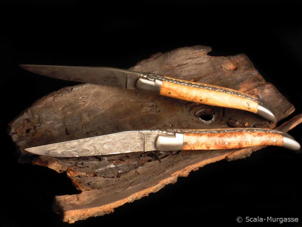Messer Wien Zwei rostfreie Damast-Taschenmesser von Laguiole en Aubrac mit Griffen aus Olive (oben) und Thuja (unten). laguiole en aubrac damast rostfrei olive thuja taschenmesser matt satiniert