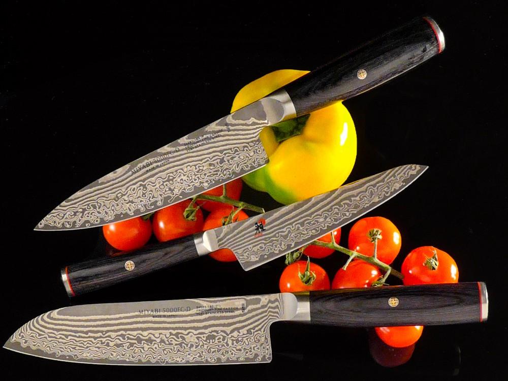 Messer Wien Die japanische Messerserie 5000FC-D von Miyabi zeichnet sich durch einen auf 61 Grad Rockwell gehärteten Klingenkern aus, der von 48 Lagen gestützt wird. Der japanische Hersteller setzt bei dieser Serie auf einen balligen Micartagriff, der gut in der Hand liegt. Miyabi 5000fc-d Santoku Gyuto Shoto Damast 61hrc Micarta Japanische kochmesser 49 lagen