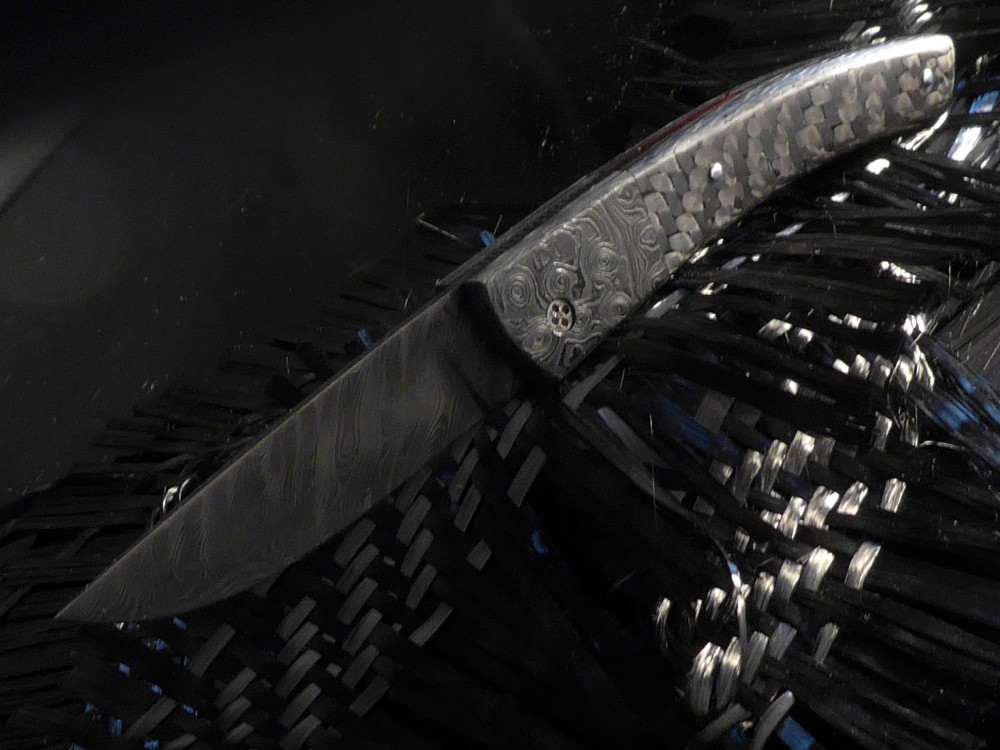 Messer Wien Le Thiers von Tom Fleury. Klingenmaterial: rostfreier Damast, DLC-beschichtet. Griffmaterial: Kohlefaser taschenmesser tom fleury le thiers sammlermesser damastbacken damastklinge carbon kohlefaser dlc detailansicht