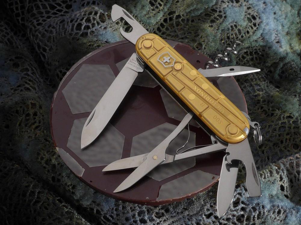 Messer Wien Der Climber Gold limited edition ist auf 20000 Exemplare weltweit limitiert. Es wurde echtes Blattgold für die Beschalung des Taschenmessers verwendet.  victorinox climber gold limited edition 20000 taschenmesser